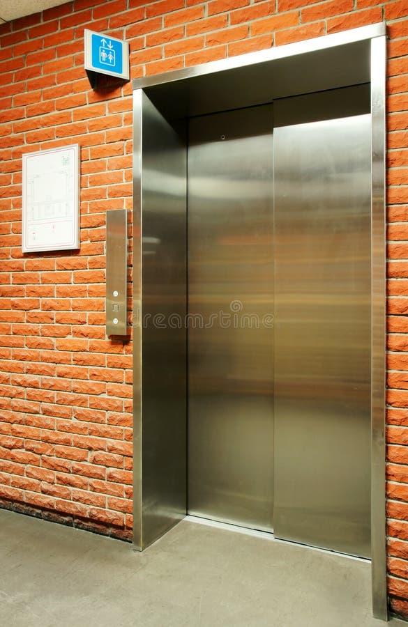 Elevador de acero vertical de la puerta imagen de archivo libre de regalías