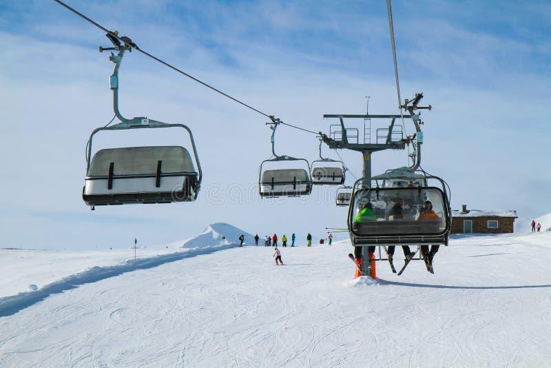 Elevador de cadeira com três esquiadores fotos de stock