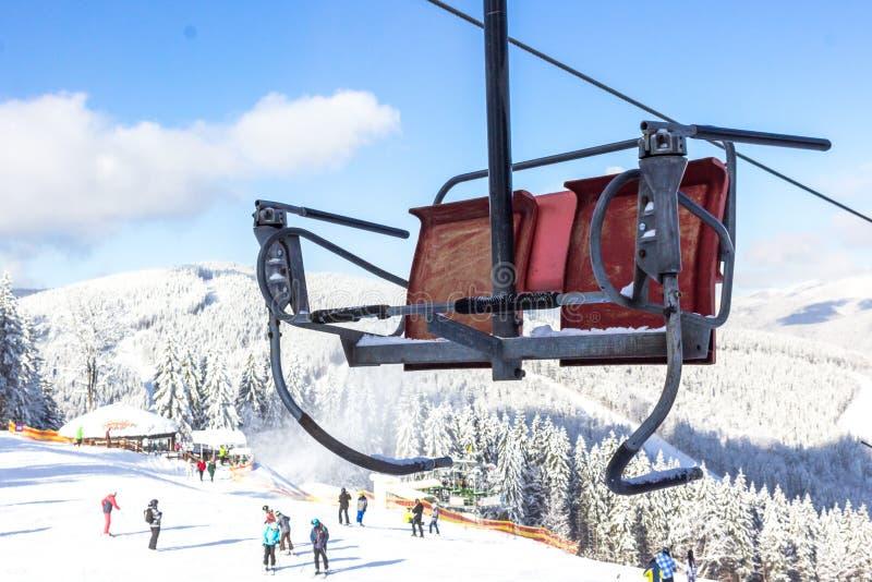 Elevador de cadeira na estância de esqui Bukovel em Ucrânia imagem de stock