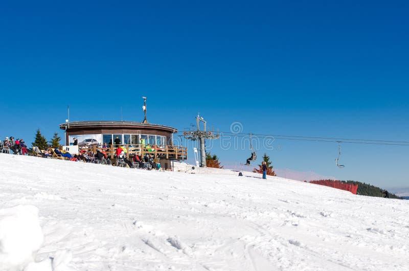 Elevador de cadeira na parte superior da inclinação do esqui do parque Kubinska Hola do esqui fotografia de stock