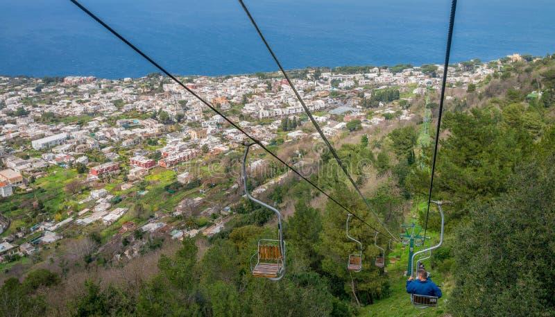 Elevador de cadeira que monta ao ponto o mais alto da montanha de Monte Solaro imagem de stock