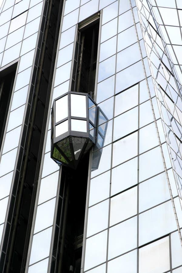 Elevador de cristal en el exterior fotos de archivo