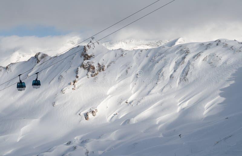 Elevador de esqui contra uma montanha fotografia de stock royalty free