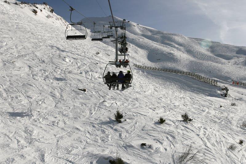 Elevador de esqui de quatro assentos nos cumes imagens de stock royalty free
