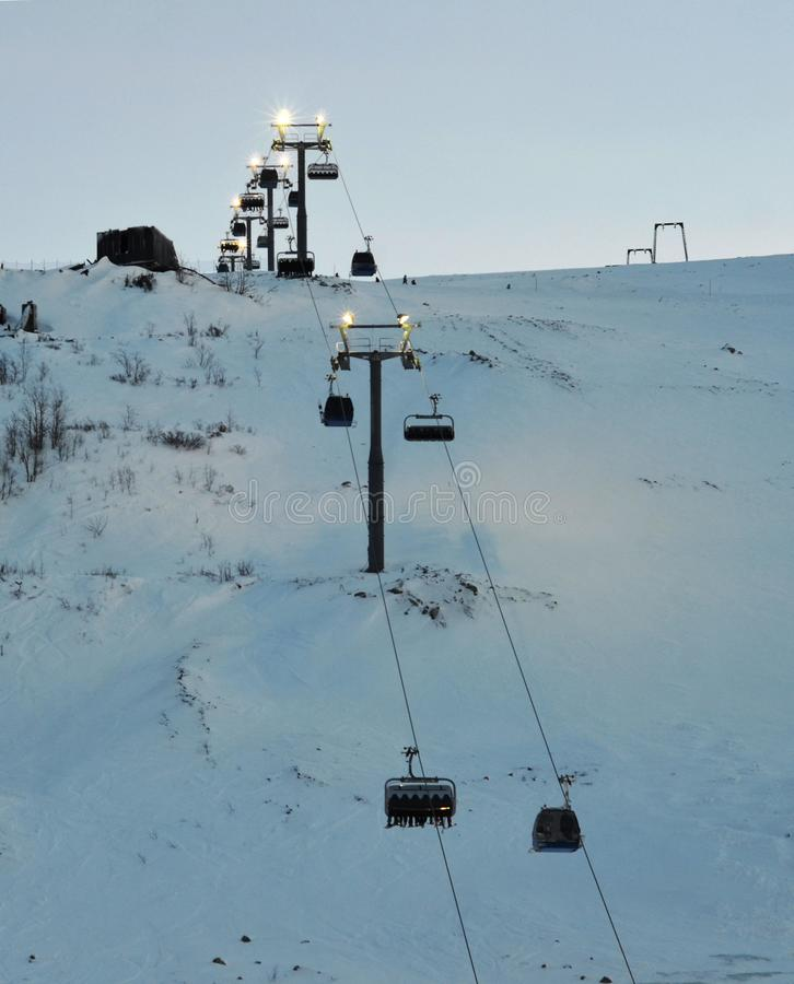 Elevador de esqui na madeira grande da estância de esqui Noite polar, crepúsculo, condições meteorológicas adversas imagens de stock royalty free