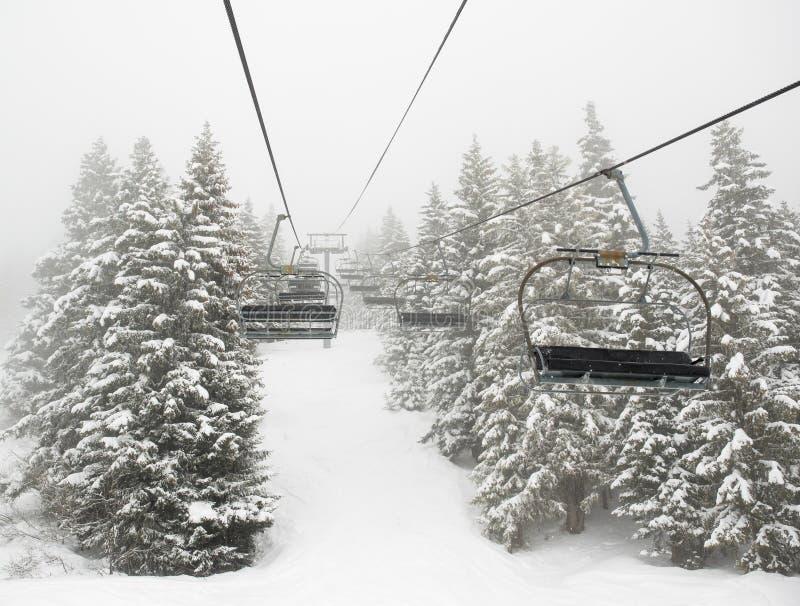 Elevador de esqui na névoa imagem de stock