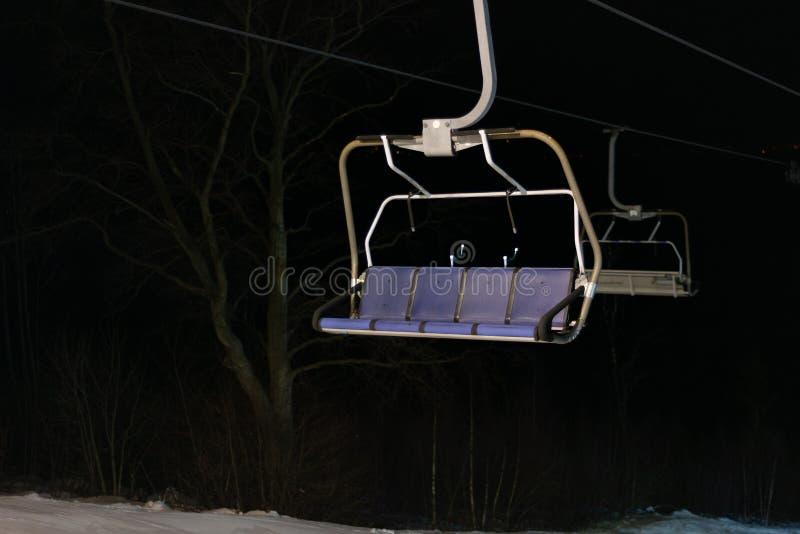 Elevador de esqui na noite, ninguém, parte dianteira vazia foto de stock