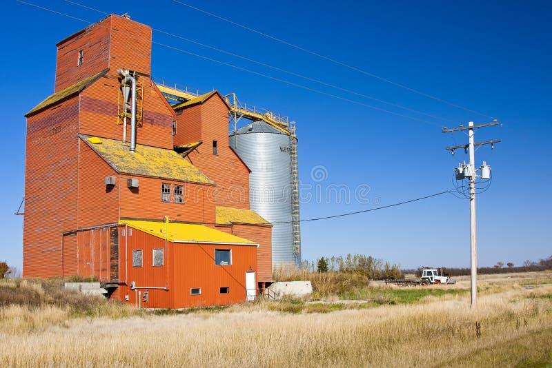 Elevador de grão alaranjado fotografia de stock