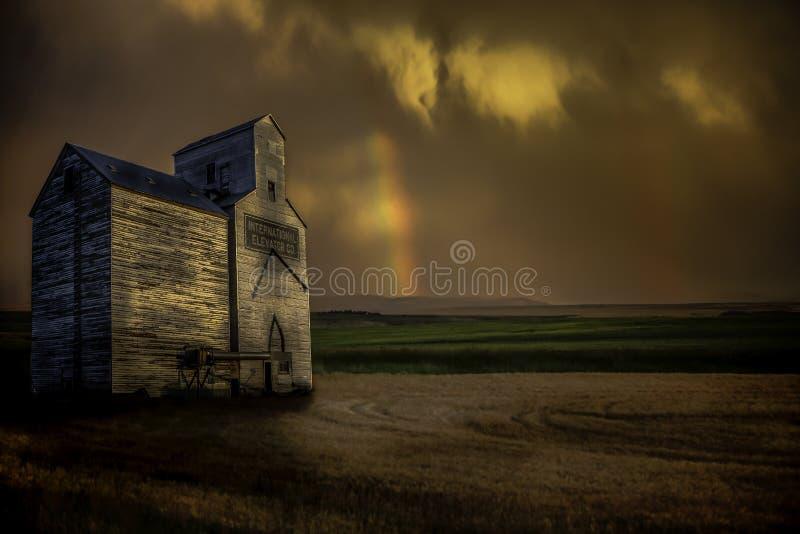 Elevador de grão com arco-íris imagens de stock royalty free