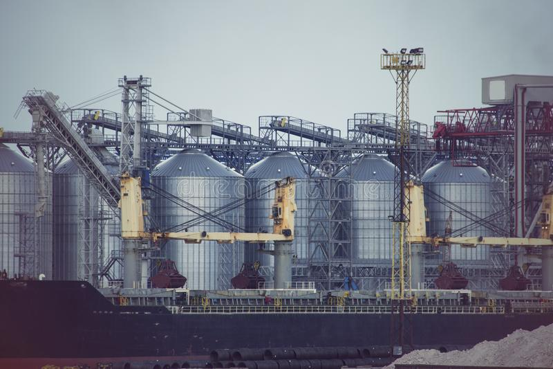Elevador de grão do porto Terminal industrial da grão da zona da carga de maioria do porto de troca do mar imagens de stock