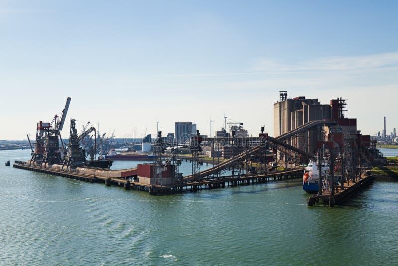 Elevador de grão no porto com terminal e guindastes imagem de stock royalty free