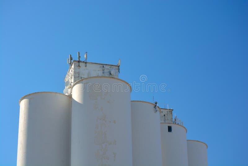 Elevador de grano de la agricultura Silo con los repetidores de la torre del teléfono celular foto de archivo libre de regalías