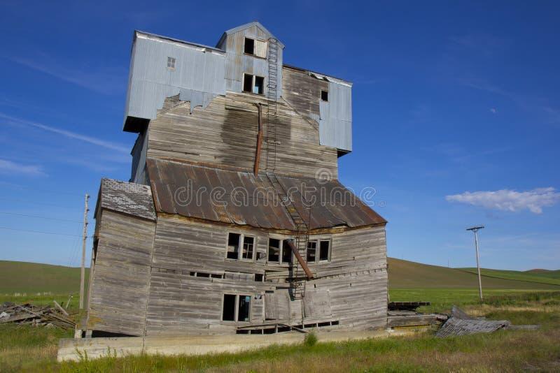 Elevador de grano dilapidado fotografía de archivo