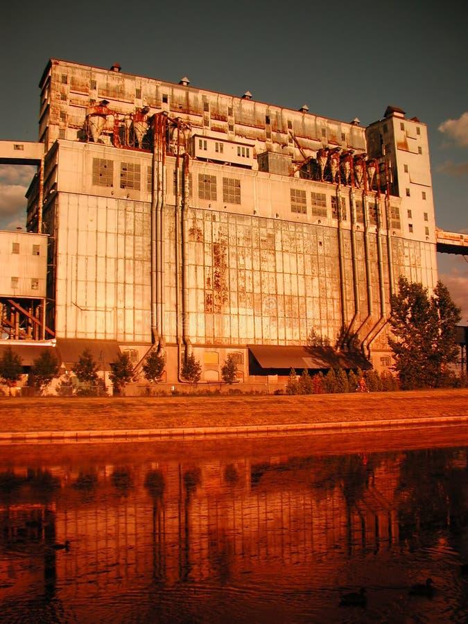 Elevador de grano en la línea de costa fotos de archivo