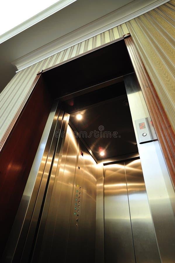 Elevador de lujo con la puerta abierta foto de archivo libre de regalías