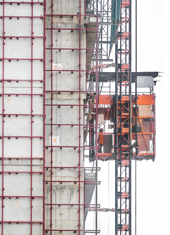 Elevador de serviço na área da construção fotos de stock royalty free