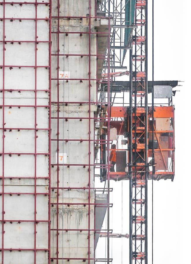 Elevador de servicio en área de la construcción fotos de archivo libres de regalías
