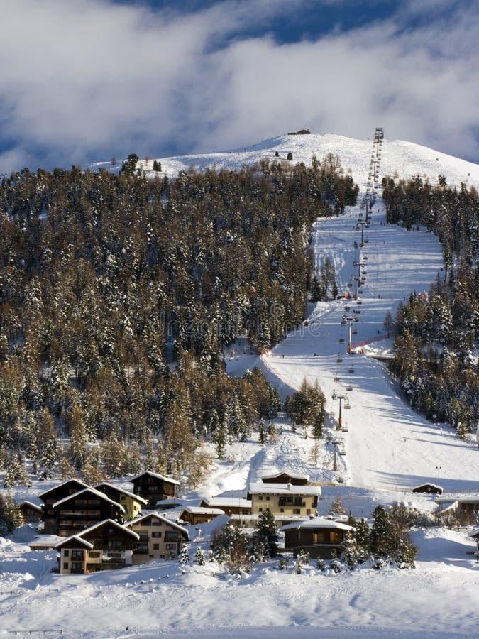 Elevador e montanha de esqui fotografia de stock royalty free