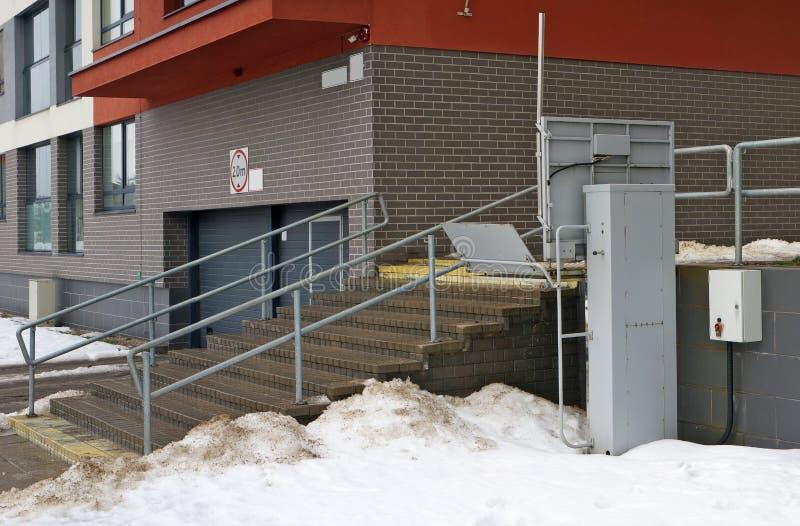 Elevador elétrico para os deficientes motores instalados perto das escadas de uma construção residencial imagem de stock royalty free