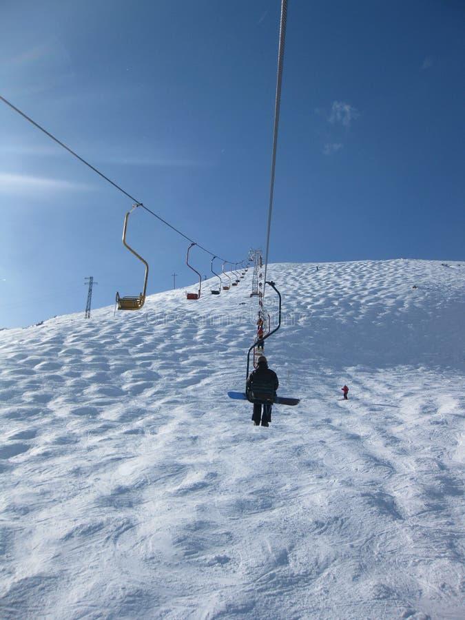 Elevador en una estación de esquí en la montaña de Cheget en Rus fotos de archivo libres de regalías