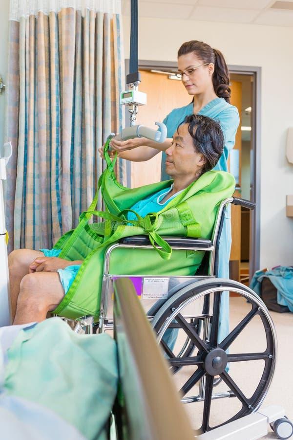 Elevador hidráulico de Removing Straps From da enfermeira com fotos de stock royalty free