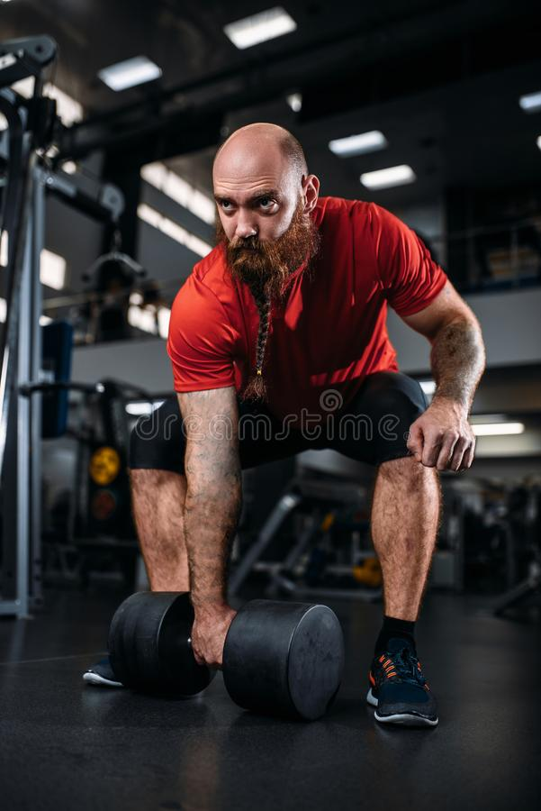 Elevador masculino que faz o exerc?cio com pesos no gym foto de stock royalty free