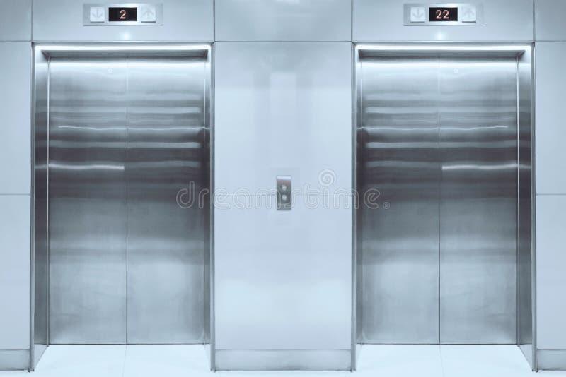 Elevador moderno com as portas fechados na entrada foto de stock