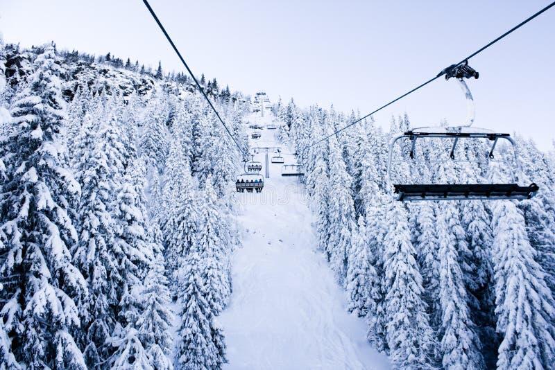 Elevador, neve e montanha de esqui fotos de stock royalty free
