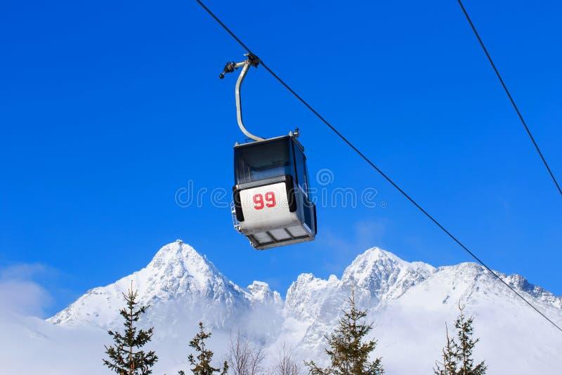 Elevadores de cadeira nas montanhas fotografia de stock royalty free