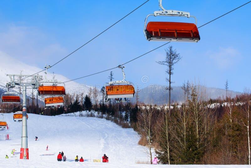 Elevadores de cadeira nas montanhas fotos de stock royalty free