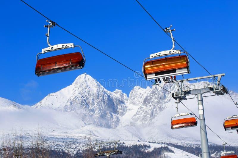 Elevadores de cadeira nas montanhas imagem de stock