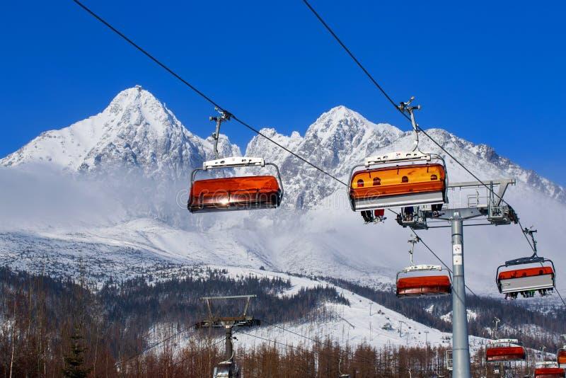 Elevadores de cadeira nas montanhas imagens de stock