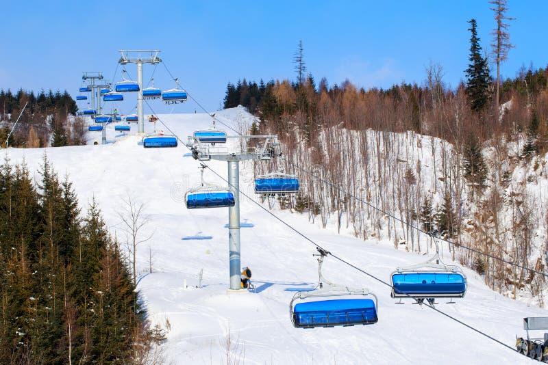 Elevadores de cadeira nas montanhas fotografia de stock