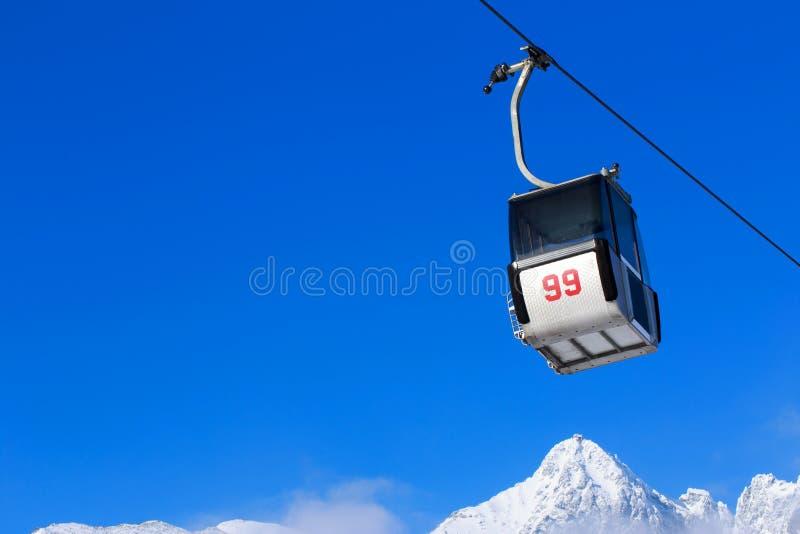 Elevadores de cadeira nas montanhas foto de stock