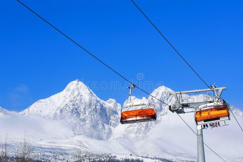 Elevadores de cadeira nas montanhas fotos de stock