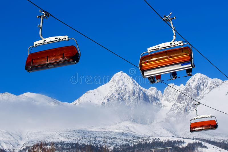 Elevadores de cadeira nas montanhas foto de stock royalty free