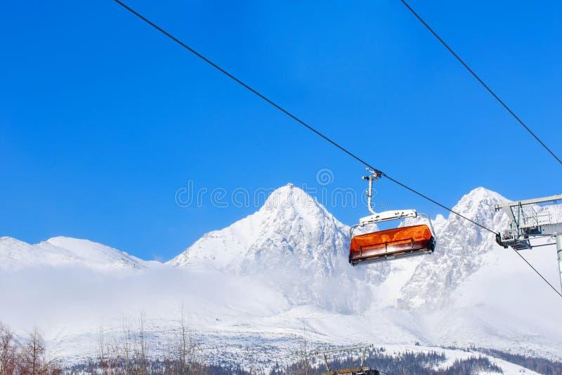 Elevadores de cadeira nas montanhas imagens de stock royalty free