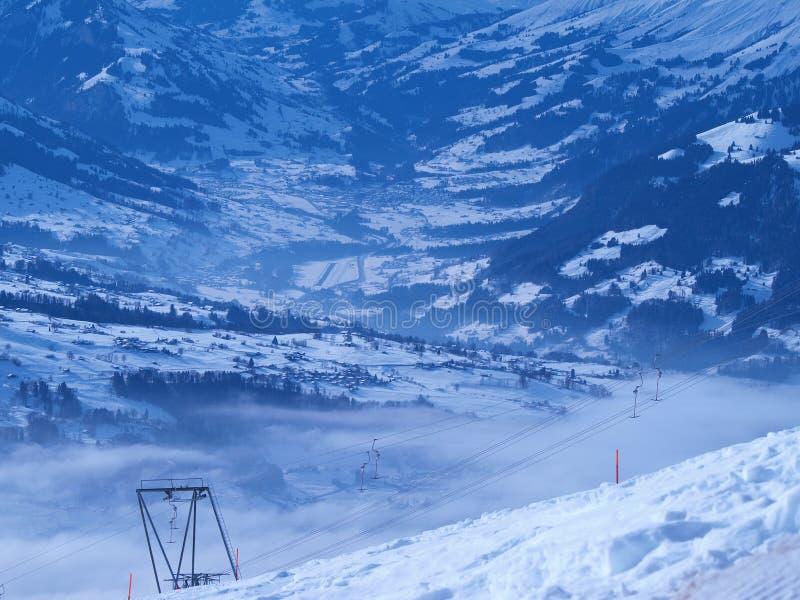 Elevadores de esqui na montanha imagem de stock royalty free
