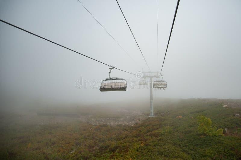 Elevadores de esqui nas nuvens imagem de stock
