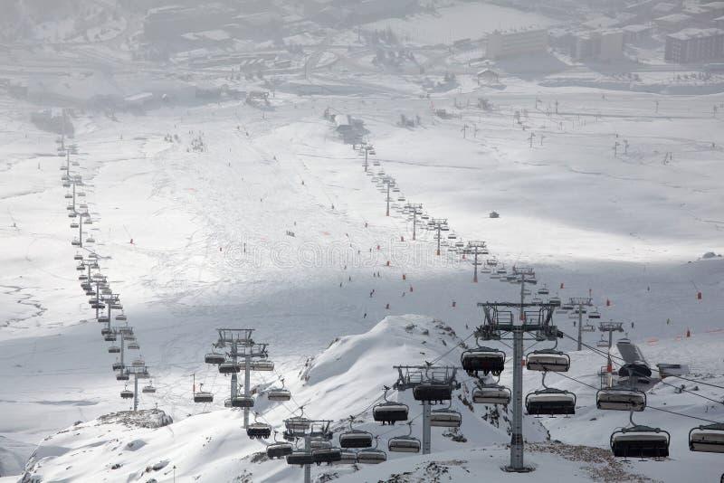 Elevadores de esqui no d'Huez de Alpe imagem de stock royalty free