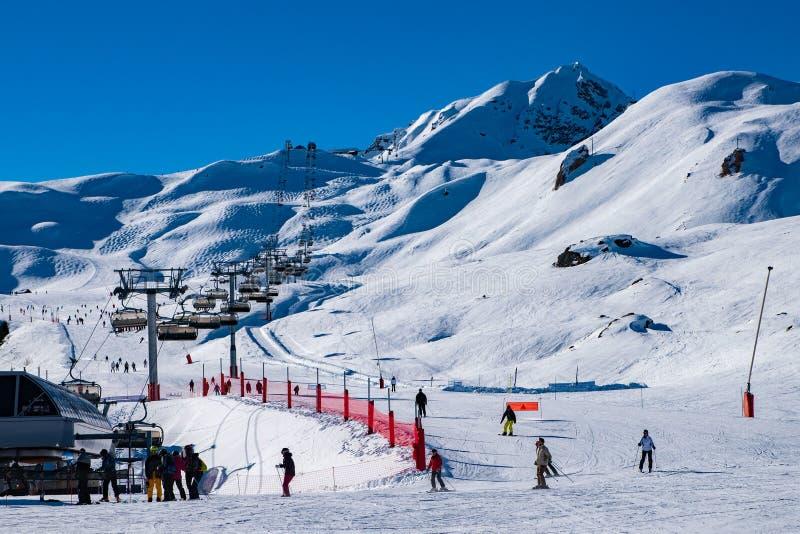 Elevadores de esqui para jogadores para o feriado de inverno na área dos cumes, arcos 2000 do esqui e do snowboard de Les, Saboia imagem de stock