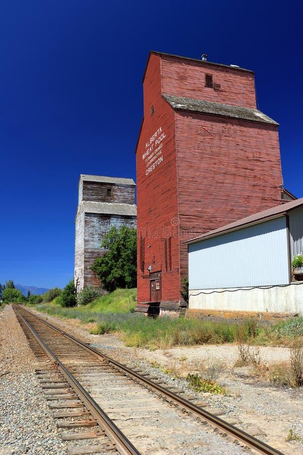Elevadores de grano a lo largo de la línea ferroviaria en Creston, Columbia Británica fotografía de archivo