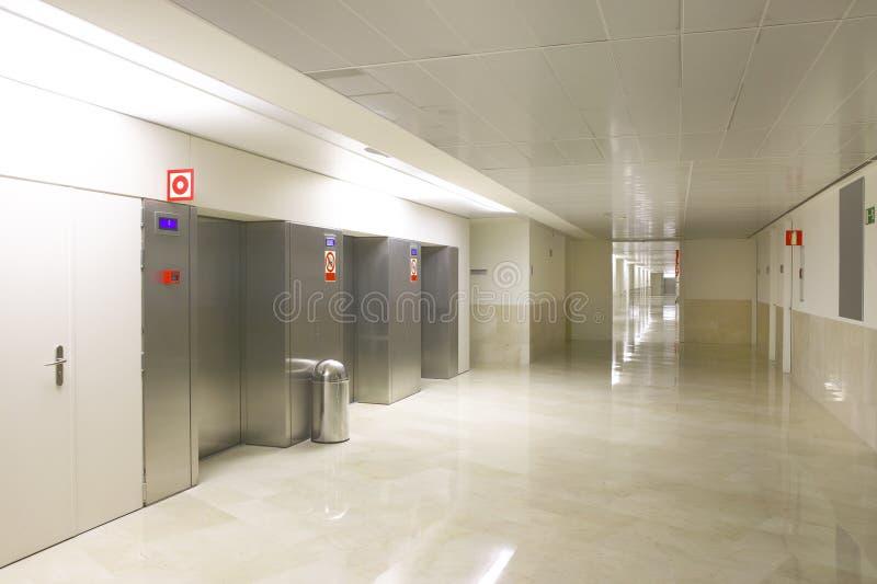 Elevadores na entrada e no corredor do hospital fotos de stock royalty free