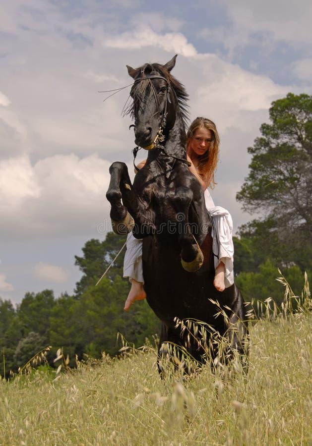 Elevando o cavalo e adolescente fotos de stock