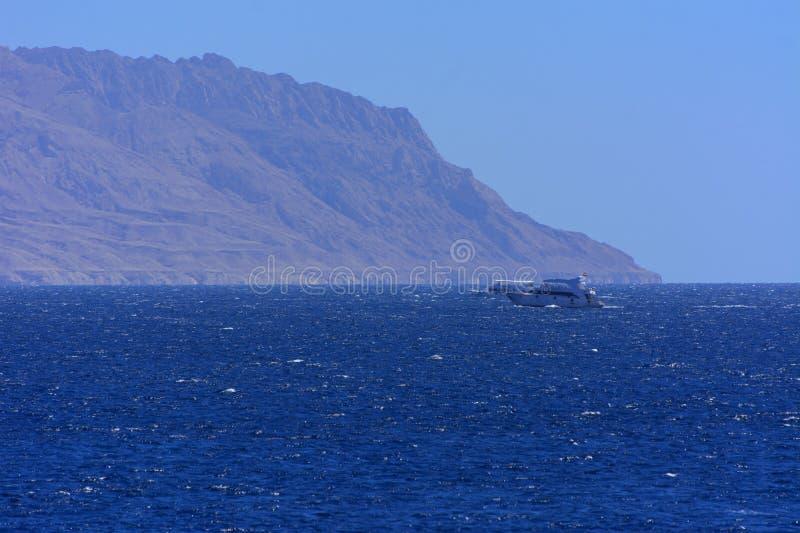 Elevato sopra il livello del mare, le belle barriere coralline le montagne della forma e le rocce contro il cielo blu e la chiara immagini stock