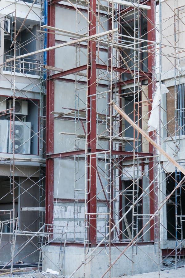 elevatore al sito della costruzione di edifici fotografie stock libere da diritti