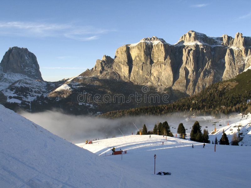 Elevatore di Dolomiti, di Canazei - di Pekol e nube fantastica fotografia stock libera da diritti