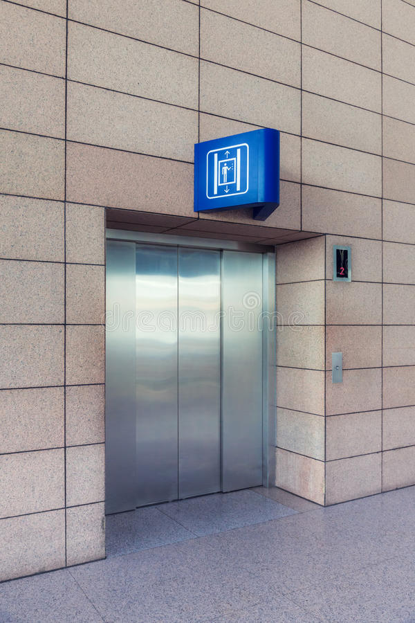 Elevatore moderno con i portelli chiusi fotografie stock