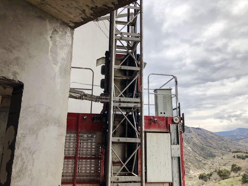 Elevatore per il maneggio del materiale al cantiere fotografie stock libere da diritti