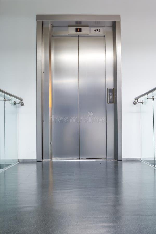 Elevatore vicino nel corridoio immagini stock